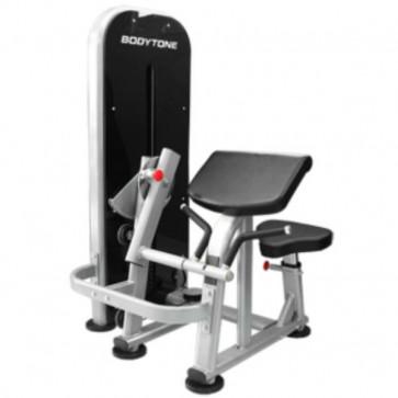Biceps- og tricepstræning i kabelmaskine.