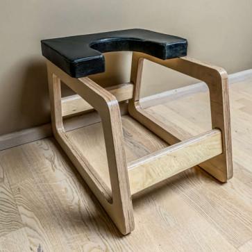 Kraftig hovedstandsstol i lakeret træ
